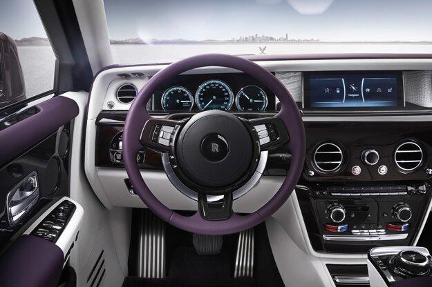 Kokpit spája tradíciu s modernosťou. Na pohon luxusnej limuzíny Phantom slúži dvomi turbodúchadlami prepĺňaný 6,75-litrový vidlicový dvanásťvalcovým motor výkonu 420 kW.