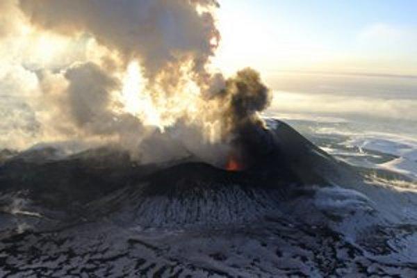 Erupcia sopky Ploskij Tolbačik na Kamčatke z nedele 6. januára. Ploskij Tolbačik je vysoký 3 100 metrov a nepatrí podľa vedcov medzi príliš nebezpečné sopky. Naposledy bola atívna v roku 1976.