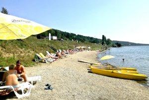 Súkromná pláž. Ľudia hľadajú oddych na oboch stranách obľúbenej vodnej nádrže pri Košiciach.