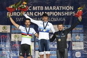 Na snímke zľava druhý Rakúšan Alban Lakata, víťaz Portugalčan Tiago Ferreira a tretí Nemec Karl Platt na stupni víťazov v kategórii Elite.