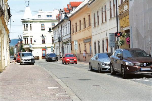 Tu nezaparkujete. V tejto časti Kováčskej ulice sú všetky miesta vyhradené. Domácim sa nezvýšilo ani jediné.