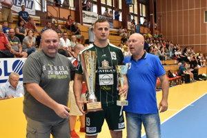 S trofejou v Šali. Kapitán Tatrana Radovan Pekár.