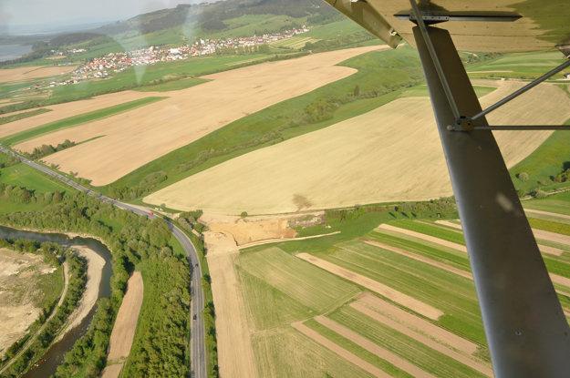 Pohľad na oravskú krajinu z malého športového lietadla.