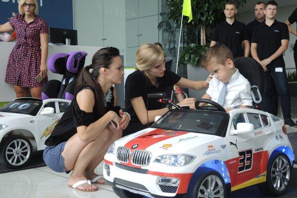 Pohyb autíčka dokáže Maximilián ovládať tlačidlom na volante.