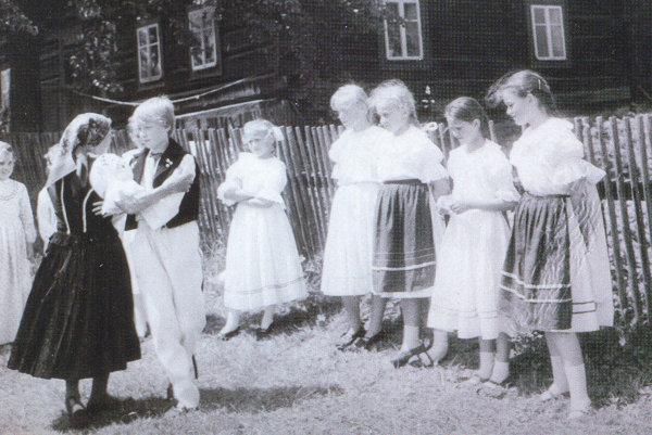 Fotografia zroku 1987, ako stará mama zaúčala mladých súboristov tancovať.