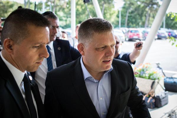 Koaličnú krízu mali lídri strán riešiť pôvodne už v piatok. Pre zdravotné problémy premiéra Roberta Fica budú rozhovory pokračovať v utorok.