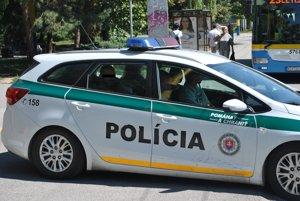 Auto s obvineným smeruje do väznice na Floriánskej ulici.