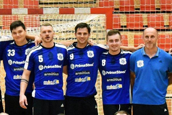 Gabriel Vadkerti (v strede) je novou posilou tímu, ktorý vedie tréner Ján Kolesár (stojí celkom vpravo).