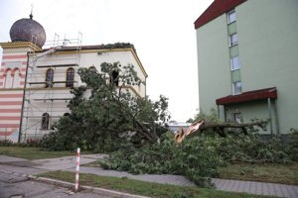 Poškodenú strechu na synagóge opravia.