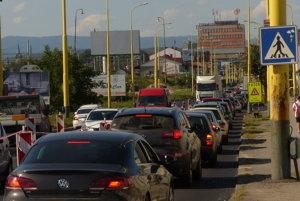 Na úseku sú dlhé kolóny, prechod áut je pomalý.