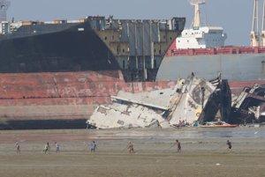 Mesto Chittagong, v ktorom sa  rozoberajú zaoceánske lode z celého sveta. Autor fotil len z diaľky, je zakázané tam ísť.
