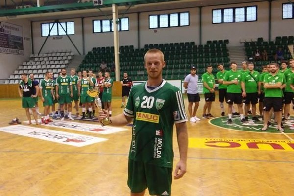 S pohárom v ruke kapitán HC Štart Gabriel Hricišon.