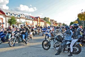 Motorkári na michalovskom námestí.