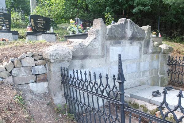 Hrobku už očistili, ďalšie práce na oprave ju čakajú.