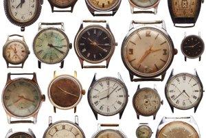 Náramkové hodinky prehrávajú boj s časom.