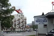 Provizórna pristávacia plocha pre vrtuľníky sa nachádza pri zadnom vchode do nemocnice.