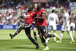 Oslavujúci hráči United Eric Bailly (vľavo) a Romelu Lukaku.
