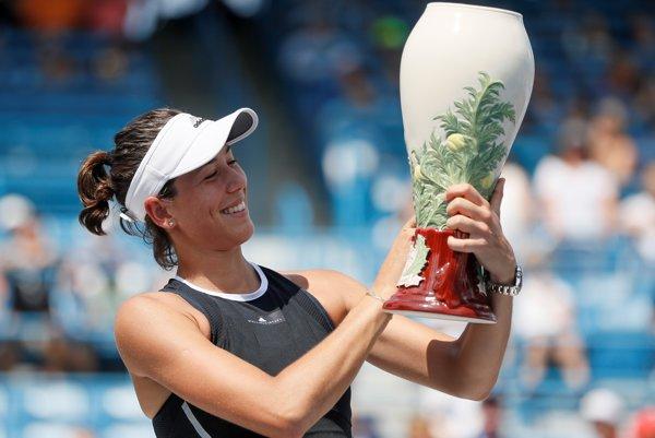 Garbine Muguruzová-Blancová pózuje s trofejou.