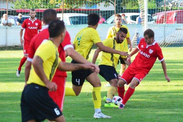 Futbalisti Nededu (v žltom) porazili Vydrany 3:0.