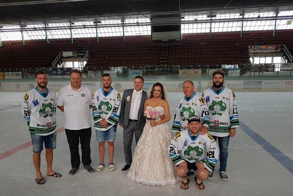 Mladomanželia Kočišovci s hráčmi a vedením HC Nové Zámky