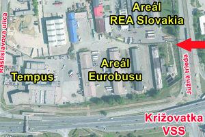 Mapa lokality. Po dobudovaní nového napojenia na Južnej triede (kde urobili jeho začiatok načierno, ukazuje šípka) by sa dalo dostať cez celý areál Eurobusu až do Tempusu na Rastislavovej.
