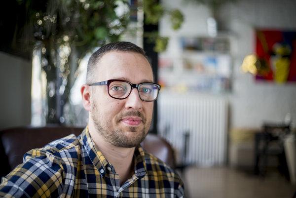 Ľuboš Šrámek (1977) študoval na bratislavskom konzervatóriu a neskôr na univerzite v Grazi. Bol členom džezovej skupiny Ellie Quintet a neskôr si založil vlastnú s názvom Five Reasons. V súčasnosti pripravuje orchestrálne aranžmány pre Rytmusove skladby.