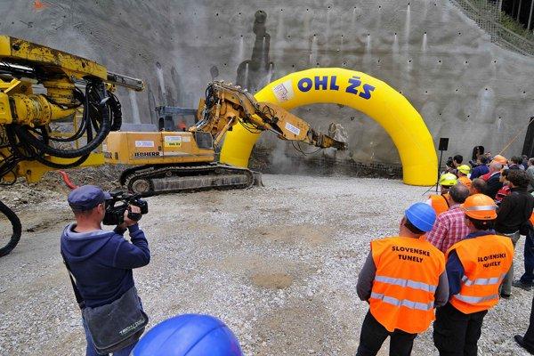 Ťažký mechanizmus počas slávnostného začiatku razenia tunela Čebrať na diaľničnom úseku D1 Ivachnová - Hubová blízko Ružomberka a obce Likavka - 19. september 2014