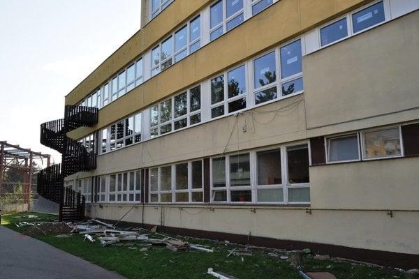 Výmena okien na ZŠ Karpatská.