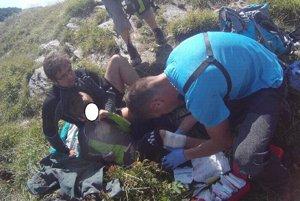 Záchranári pomáhajú zranenému chlapcovi.