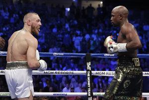 Conor McGregor (vľavo) a Floyd Mayweather.