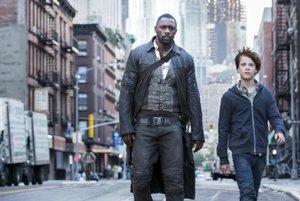 Idris Elba (vľavo) vo filme Temná veža.
