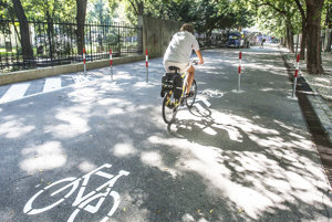 Znížiť množstvo áut v mestách majú cyklochodníky.
