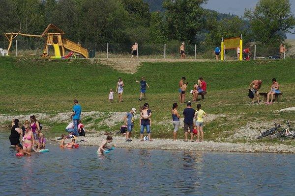 Voda, trávnaté pláže a ihriská pre deti aj dospelých. Podhradské more sa stále zveľaďuje.