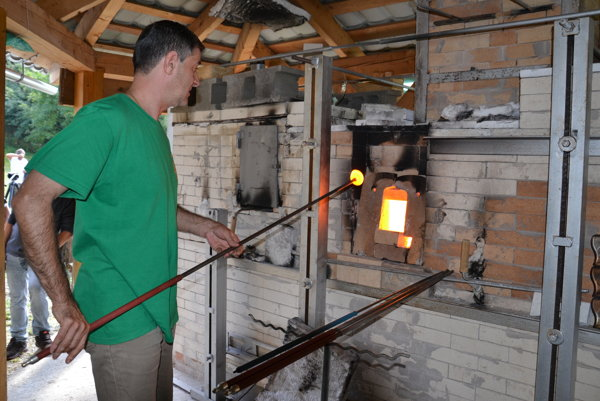 Šikovný sklár pri unikátnej Hupkovej peci v Dolnej Bzovej.