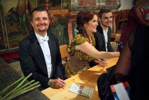 Zľava: Tenorista Dušan Šimo, sopranistka Jolana Fogašová a basbarytonista Boris Prýgl počas autogramiády.