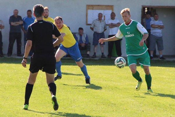 Silvester Schweiner (pri lopte) troma gólmi zariadil prvé víťazstvo Vitanovej v 7. lige.