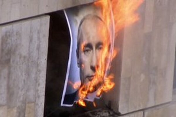 Zapálený portrét ruského prezidenta Vladimira Putina.