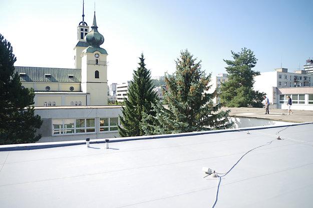 Zvyšnú časť strechy na škole pri kostole opravili. Zatekalo cez ňu na veľkú chodbu. V minulosti sa mesto uchádzalo o eurofondy, peniaze nakoniec nezískali. Investujú postupne z mestskej kasy.