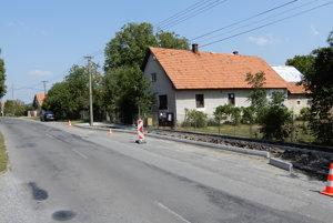 Na snímke je nové autobusové nástupište, ktoré buduje samospráva obce Buzitka.