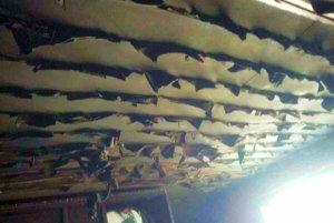 Poškodený strop izby.