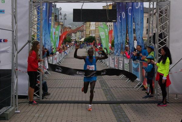 Keňan Karim Kwemoi preťal cieľovú pásku spomedzi maratóncov ako prvý.