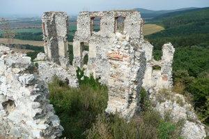 V nedeľu 10. septembra budú aj komentované prehliadky Oponického hradu spojené s prezentáciou nálezov.
