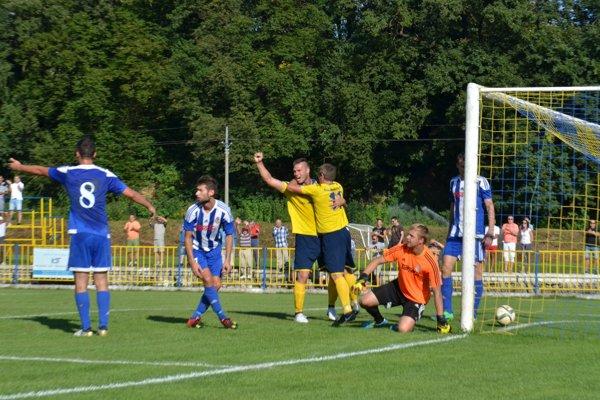 Peter Štyvar aJaroslav Figúr sa radujú zvyrovnávajúceho gólu vzápase so Stropkovom.