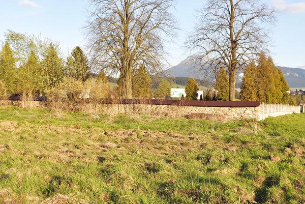 Dom smútku postavia na lúke vedľa cintorína.
