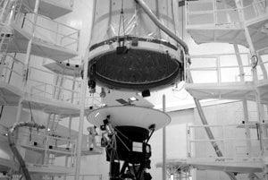 Montáž sondy Voyager 2 na Myse Canaveral. Záber z augusta 1977 ukazuje aj ochranný plášť, ktorý mal sondu ochrániť počas letu cez atmosféru.