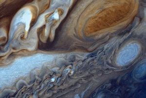 Veľká červená škvrna je tri a polkrát väčšia ako Zem. Nachádza sa na južnej pologuli Jupitera. Záber vznikol kombináciou troch negatívov, ktoré sonda spravila počas priblíženia vo februári 1979.
