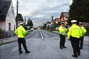 Polícia opáskovala evakuovanú časť Bidoviec.
