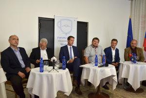 Zľava: kandidáti na župana Prešovského samosprávneho kraja (PSK) Pavol Gašper, Miroslav Škvarek (SNS), primátor Levoče Milan Majerský (KDH), František Oľha (Šanca), Andrej Gmitter (nezávislý) a Ján Garaj (nezávislý) počas verejnej diskusie s kandidátmi na post predsedu PSK.
