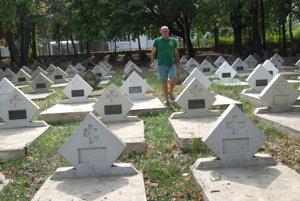 Rudolf Látečka na vynovenej časti cintorína. Hroby už od vlani nabielo nenatierajú.