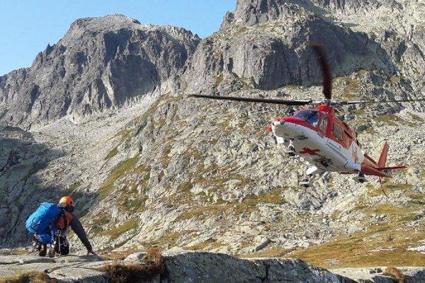 Leteckí a horskí záchranári museli spojiť sily.